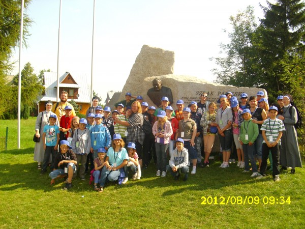 Dzieci oraz młodzież na obozie sportowym